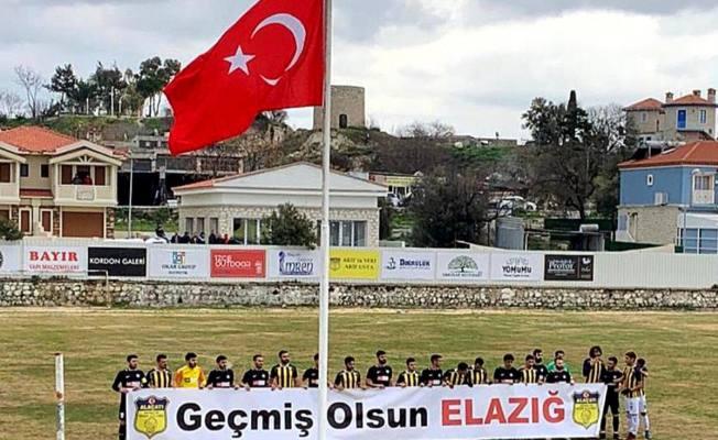 Photo of Alaçatıspor'dan Elazığ depremi için anlamlı destek! Ellerinde pankartla sahaya çıktılar!