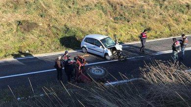 Photo of İzmir Dikili'de otomobil ile traktör kafa kafaya çarpıştı! 1 ölü 1 yaralı