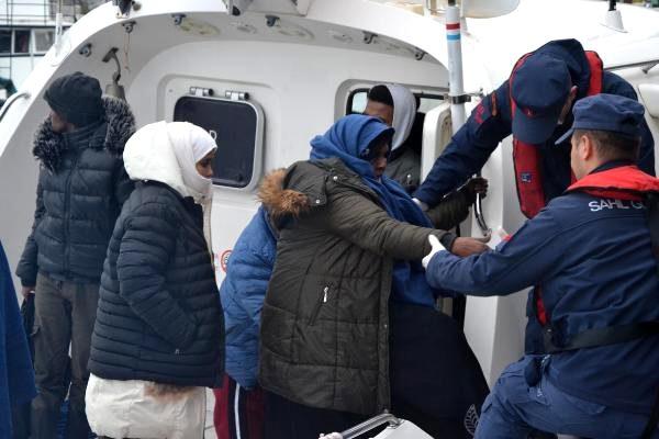 Photo of İzmir Dikili'de 10 kaçak göçmen kayalıklara sıkıştı!